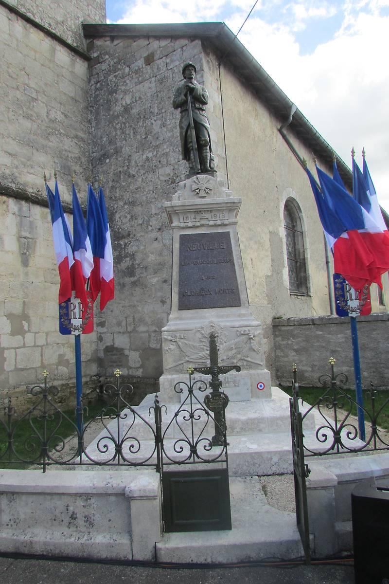 MONUMENT AUX MORTS DE NEUVILLE LES VAUCOULEURS