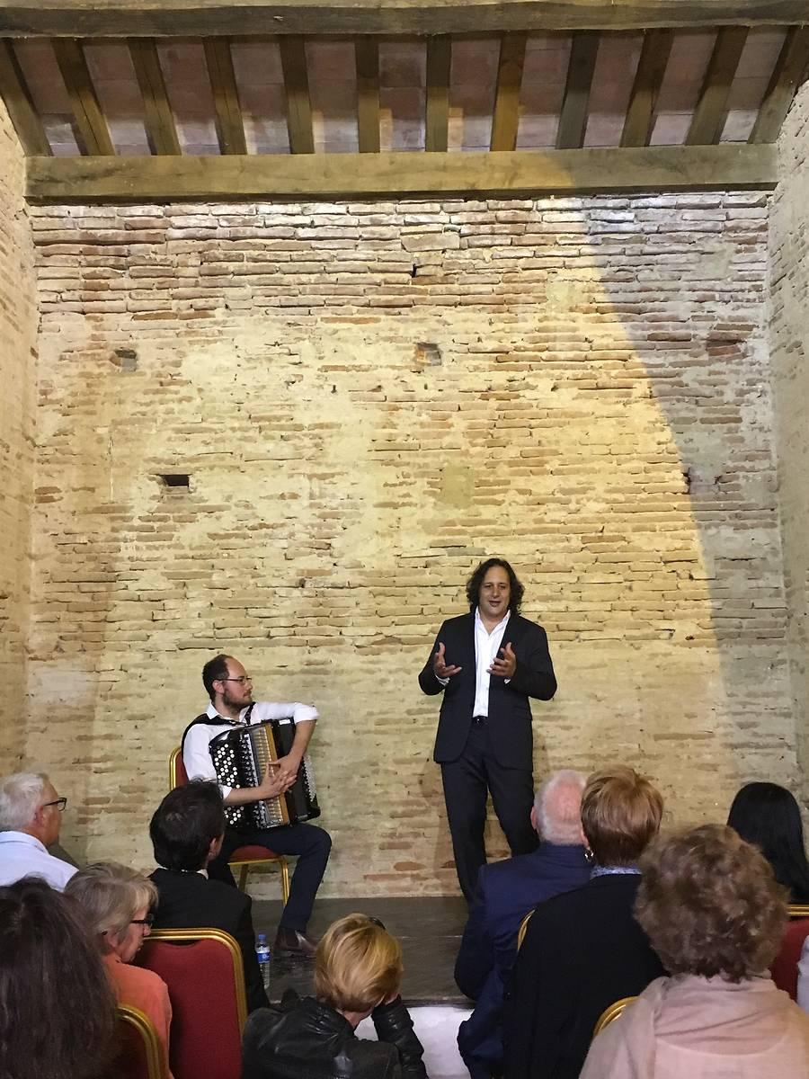 """Omar Hasan et Grégory Daltin interprètent """"Café Tango"""" dans l'orangerie du domaine de Bonrepos-Riquet"""