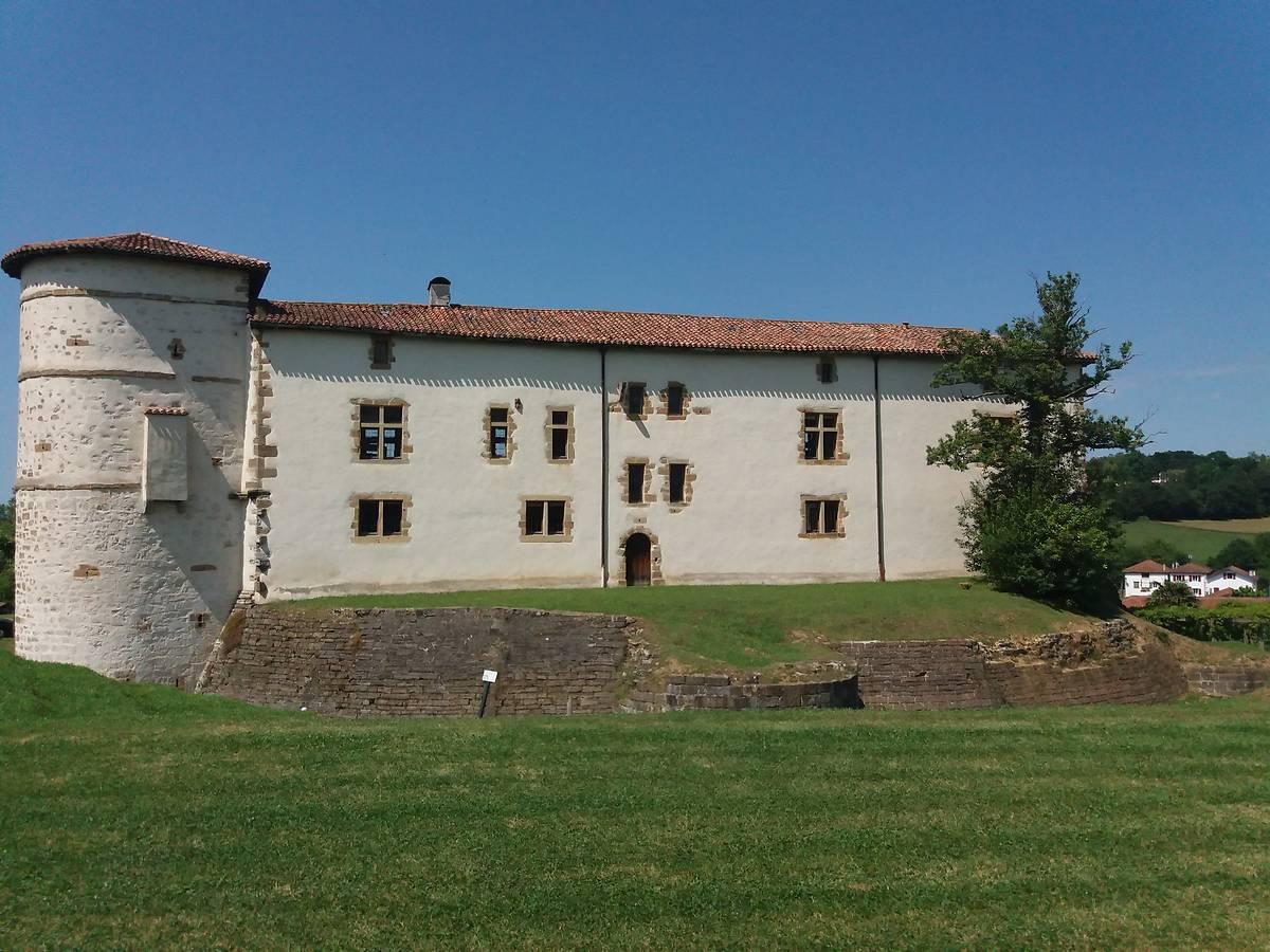 Remparts du château des barons d'Ezpeleta à Espelette
