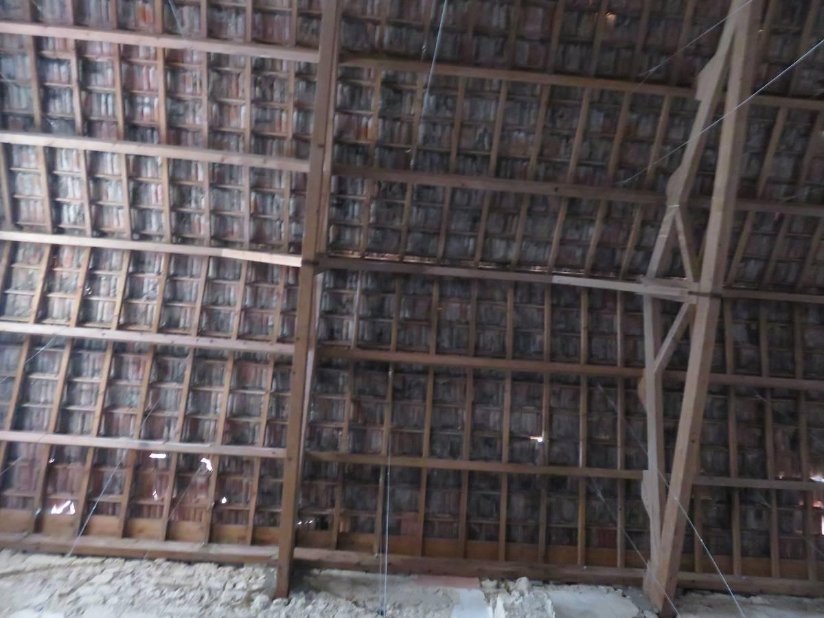 La toiture actuelle supportée par des charges.