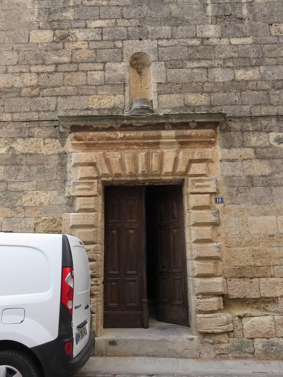 Le portail à bossage.