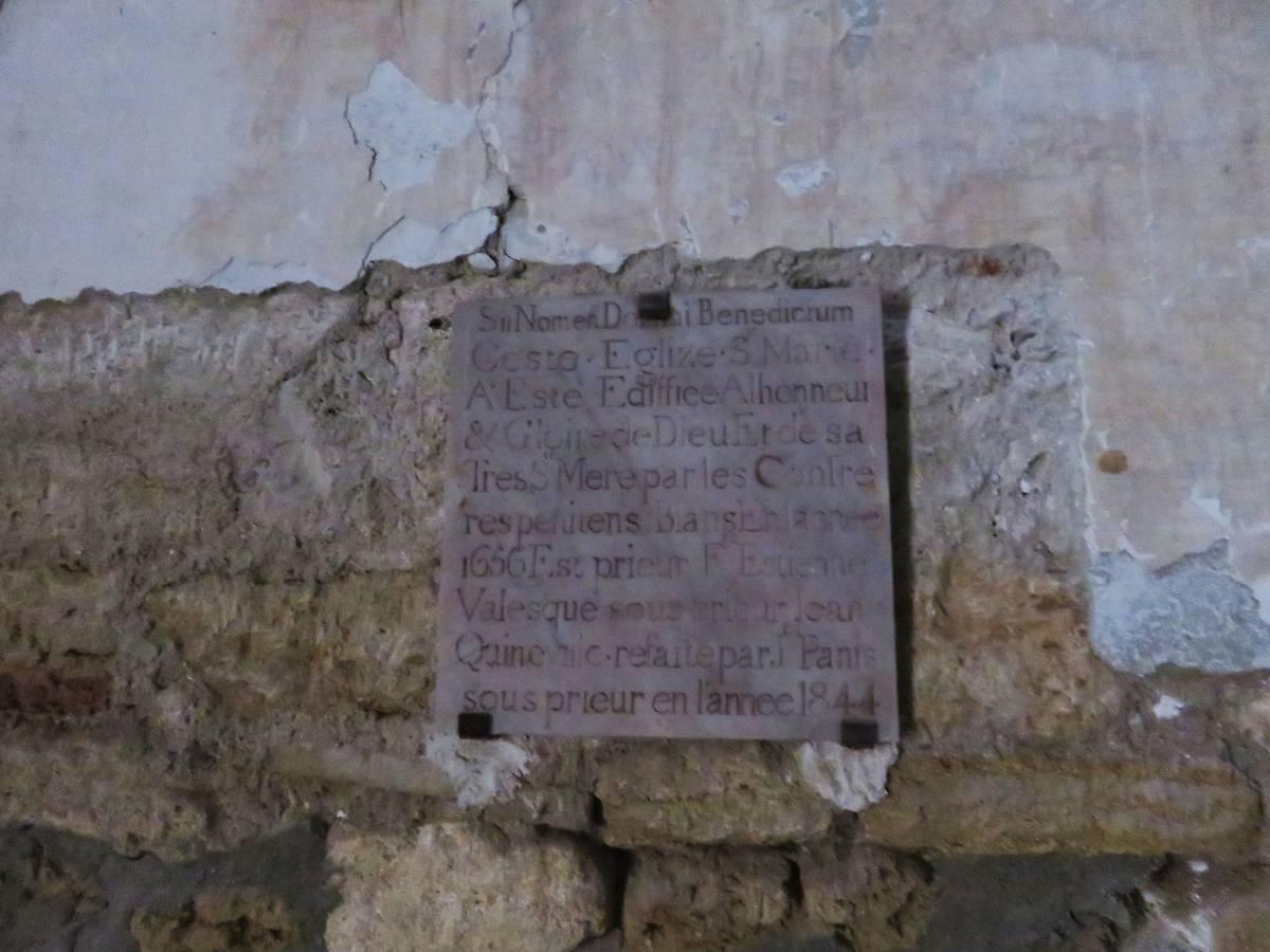 Plaque commémorative à l'entrée de la chapelle.