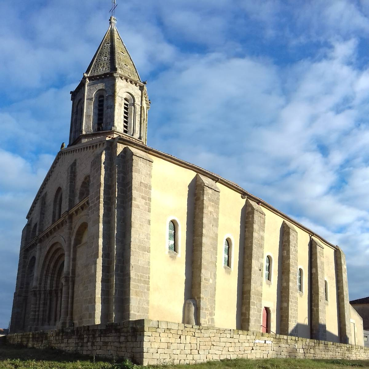 EGLISE SAINT JACQUES DE MOUTIERS LES MAUXFAITS