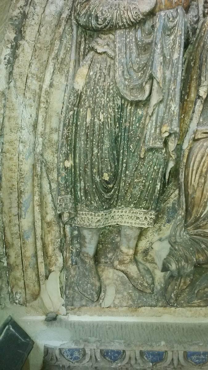 Détail de la scène de l'Adoration des mages sur le tympan nord.