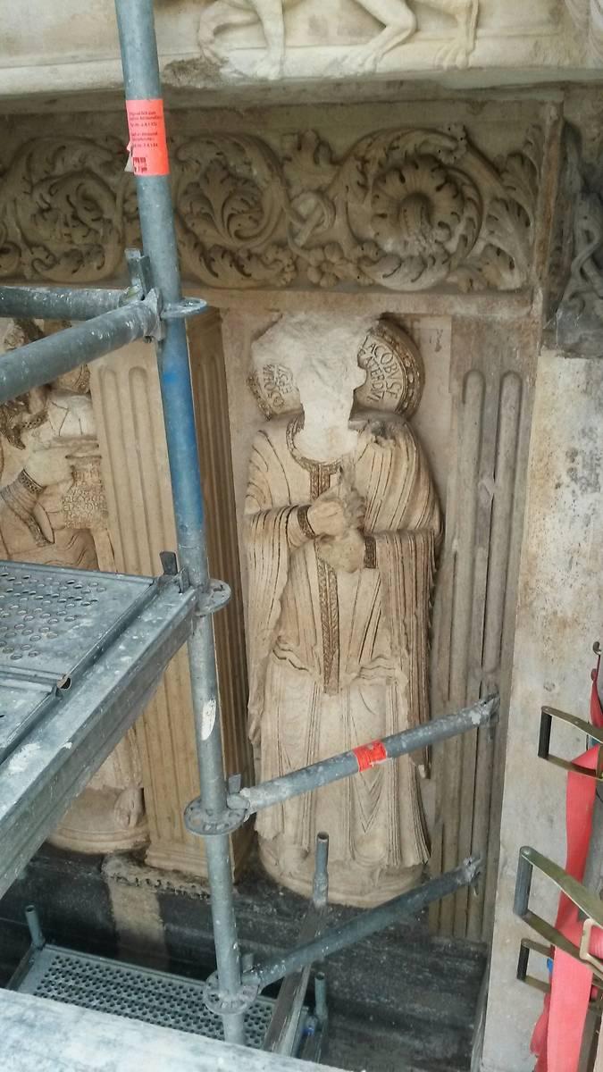 Figure d'apôtre et frise de rinceaux .