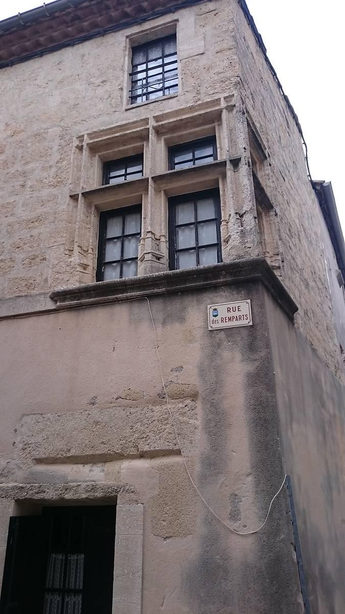 Fenêtre à croisée d'angle ornée de sculpture sur le linteau et les jambages.