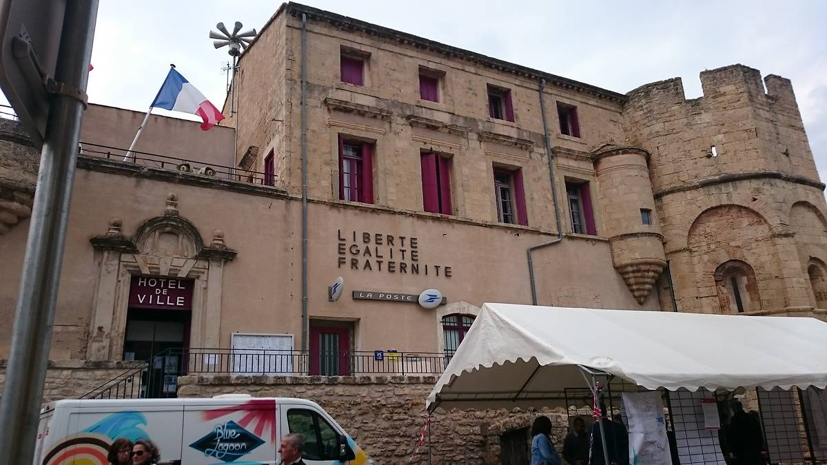 Façade de la maire avec à droite le chevet de la chapelle Saint-Hippolyte