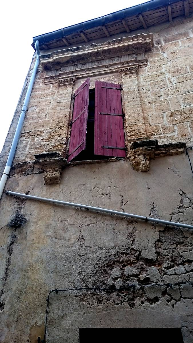 Fenêtre de type classique, encadrée de pilastres et surmontée d'une frise en bas-relief et d'une corniche. Autant d'éléments empruntés à l'architecture antique.