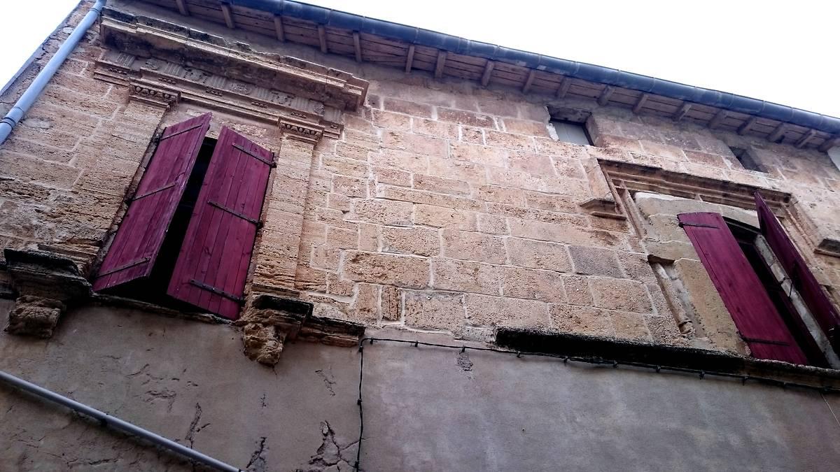 Fenêtre de type classique à côté d'une fenêtre plus ancienne de type renaissance.