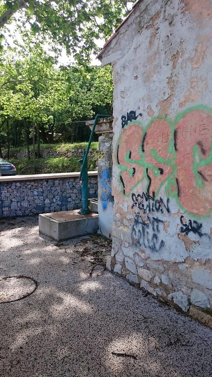 Graffiti sur les mur du bâtiment plus récent.