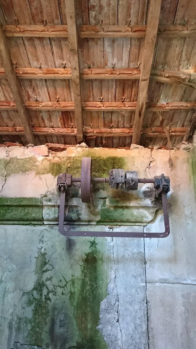 Les tuiles Marseille du bâtiment plus récent pourraient être remplacées par des tuiles canal.