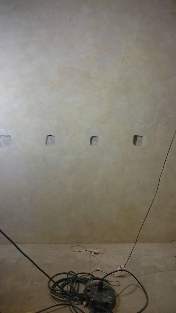 Trou d'un ancien plancher, signe que le sol fut par le passé rehaussé. La pièce n'a pas arrêté de changer de configuration au fil du temps car le plafond a également été déplacé mais cette fois vers le bas.