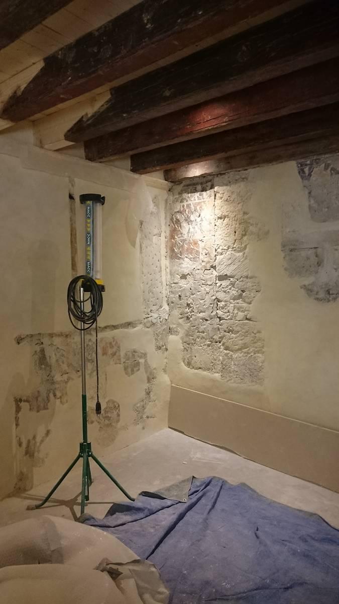 Chambre peinte pendant les travaux de restauration. Vous pouvze voir le plafond actuel, beaucoup plus bas que l'originel. L'idée d'une reconstitution de boiseries initiales a ainsi été laissée de côté pour l'instant.