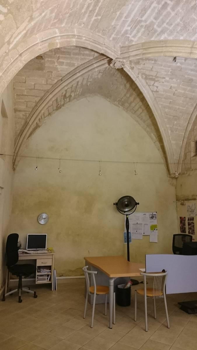 Bureaux de l'association au rez-de-chaussée. Ils se trouvent dans l'ancien entrepôt médiéval voûté d'ogives.