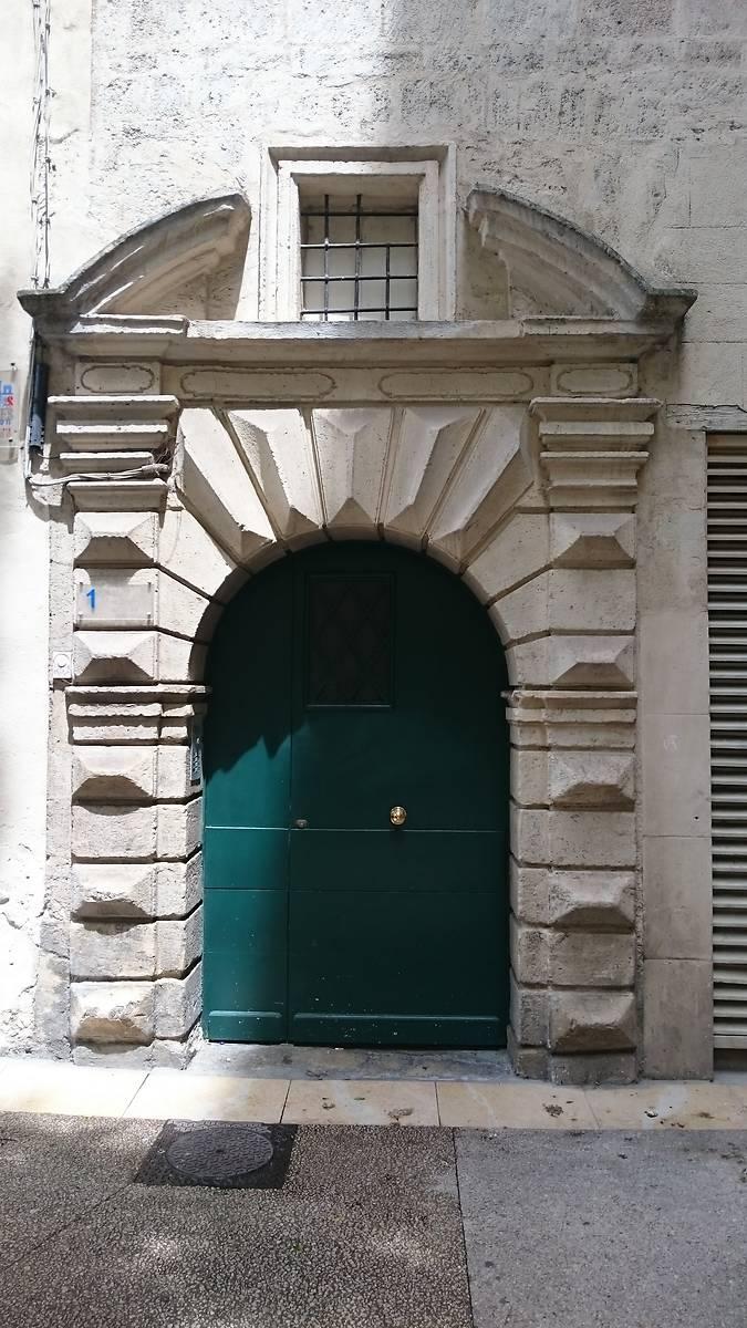 Porte moderne. Côté rue de la Draperie Rouge.