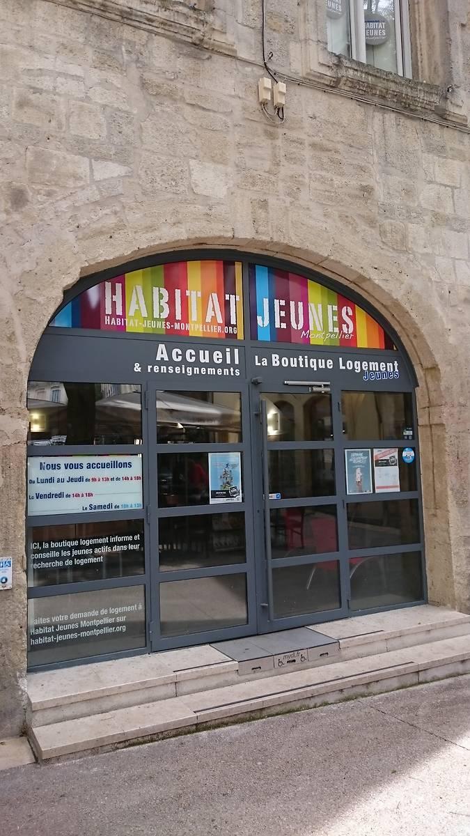 Porte moderne qui fait aujourd'hui office d'entrée pour les bureaux de l'association Habitat Jeune. Côté rue de la Draperie Rouge.
