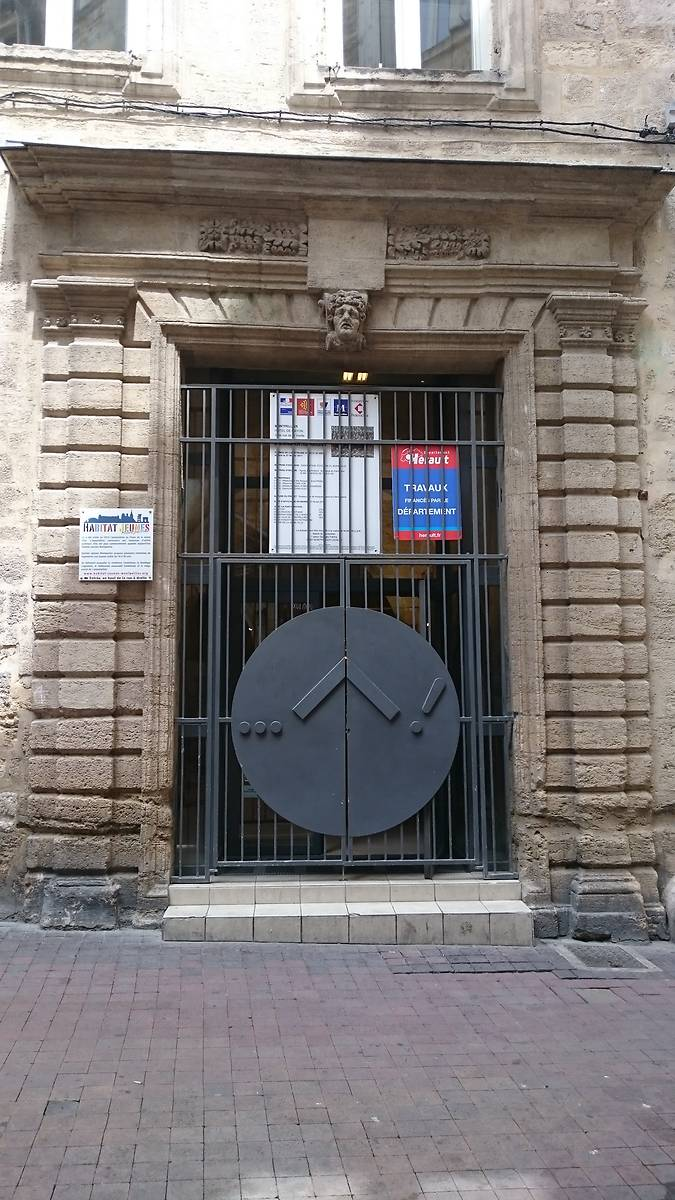Porte cochère en travée toscane, à bossage, qui remplacé l'entrée médiévale en 1661. Côté rue de la Vieille.
