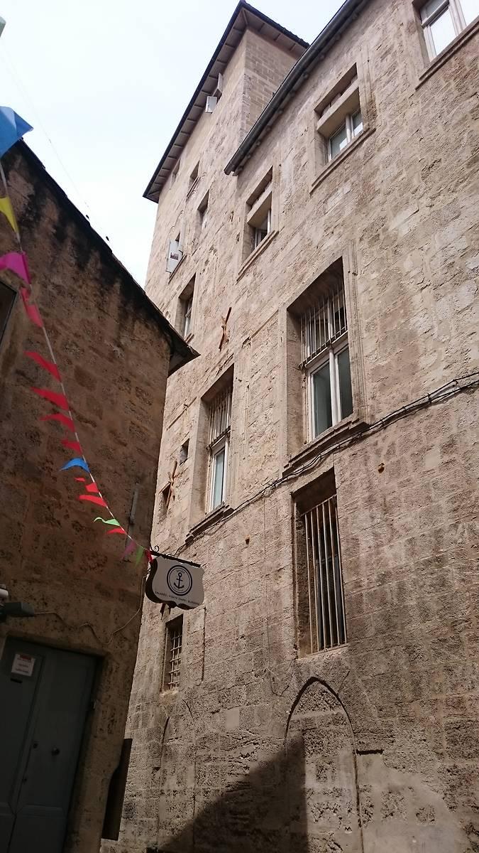 Façade côté rue de la Vieille. Entre les encadrements modernes issu de 1661, on peut encore discerner des traces des ouverture médiévale.