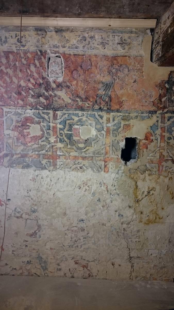 Vous pouvez apercevoir sur cette photo les différents registres de la fresque de la chambre peinte. Le dernier niveau, celui des faux rideaux, a presque disparu complètement. Vous pouvez également observer les nombreux manques dus à des travaux ou au piqu
