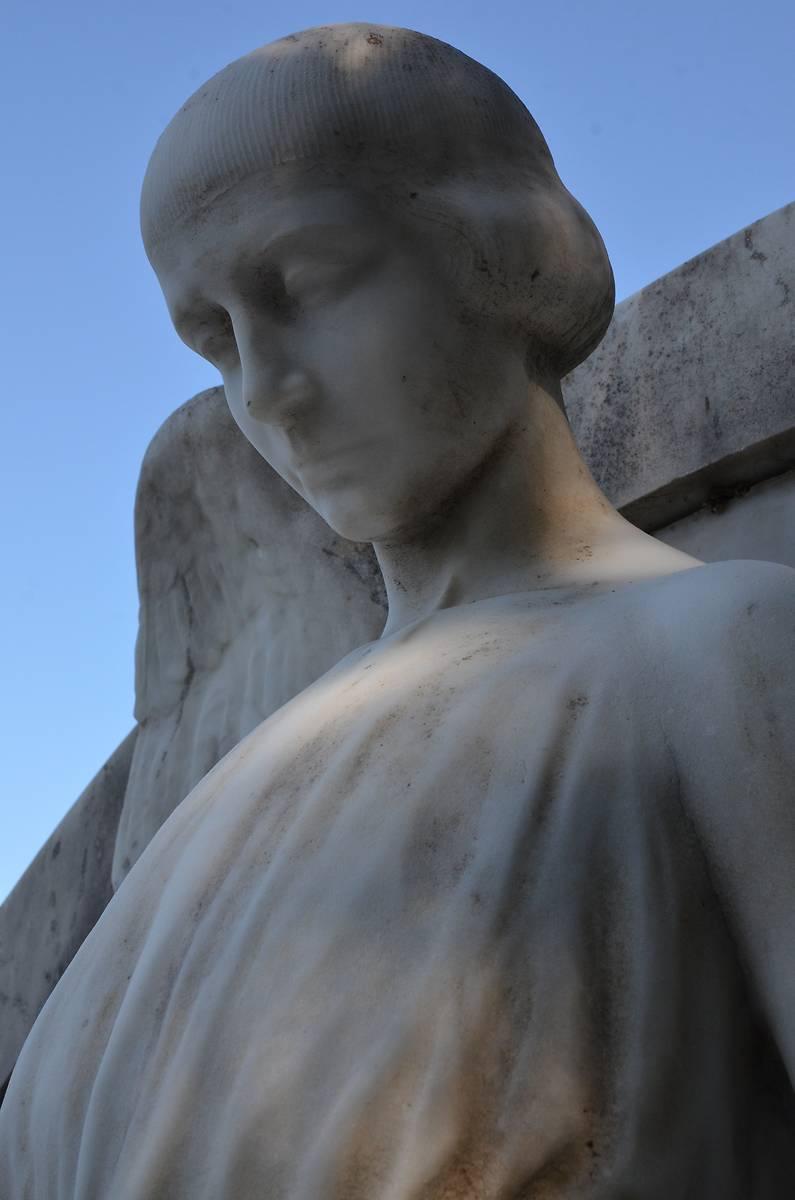Sculpture d'ange sise sur la tombe Hutton au cimetière Saint-Laurent et deux tableaux sis en l'église Saint-Laurent