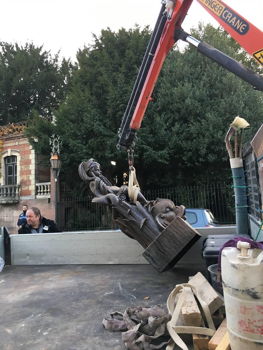 Enlèvement de la fontaine de Mars pour restauration