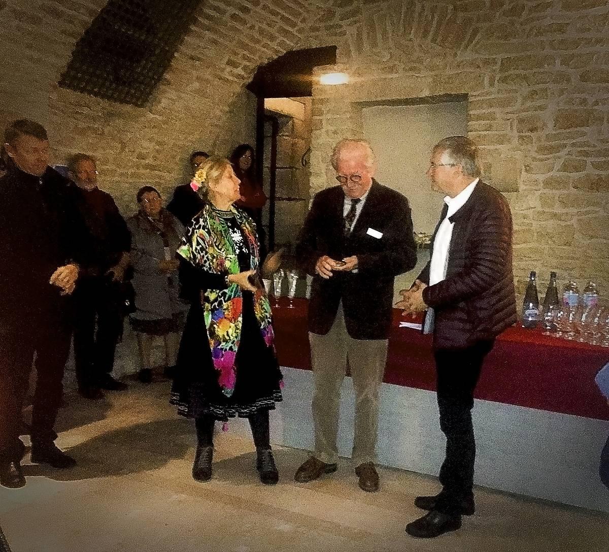 Bernard Saint-Arroman en train de contempler la médaille en présence de son épouse et de Guy Bédel