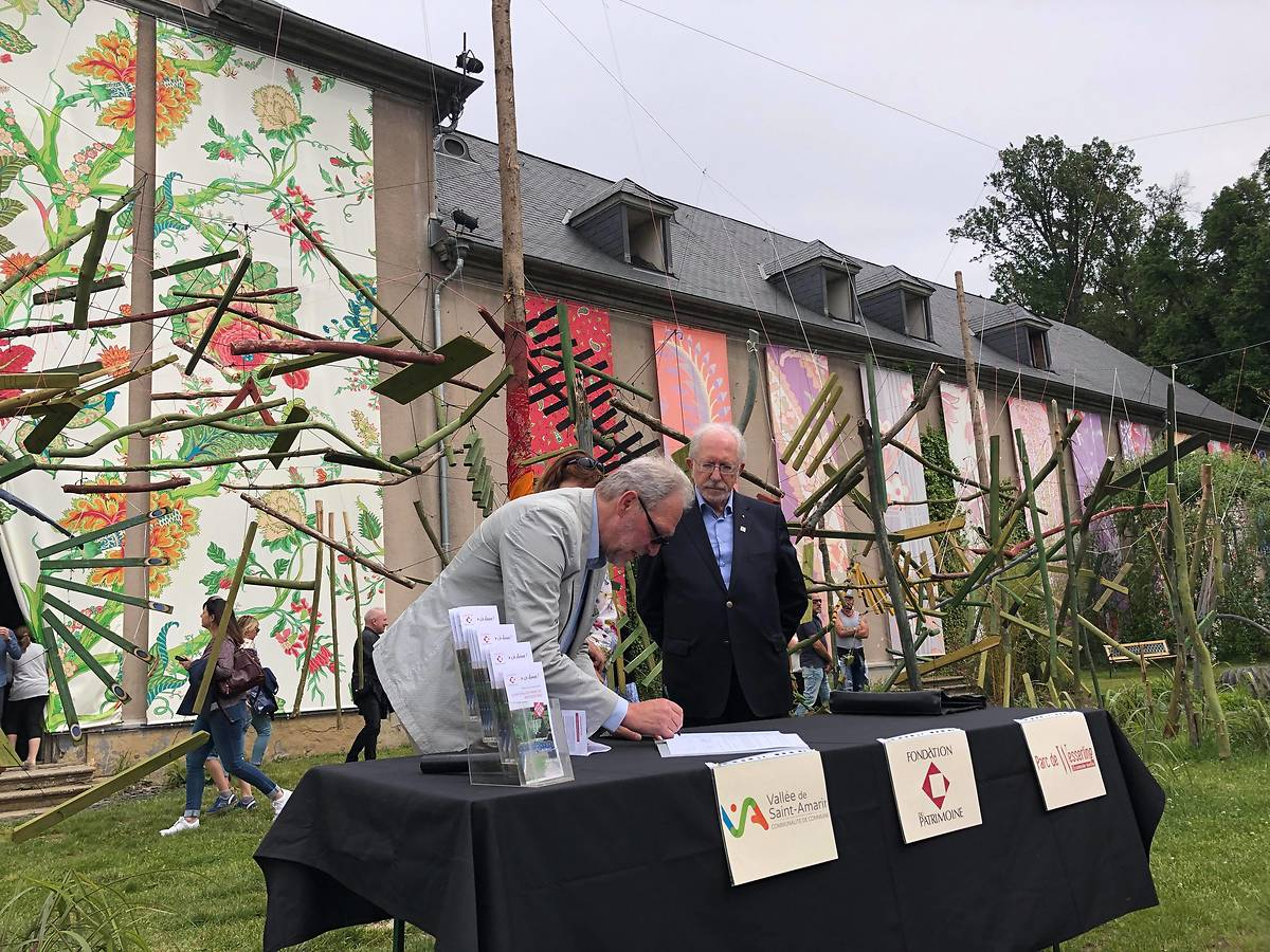 Signature du lancement de la collecte pour aider le château de Wesserling