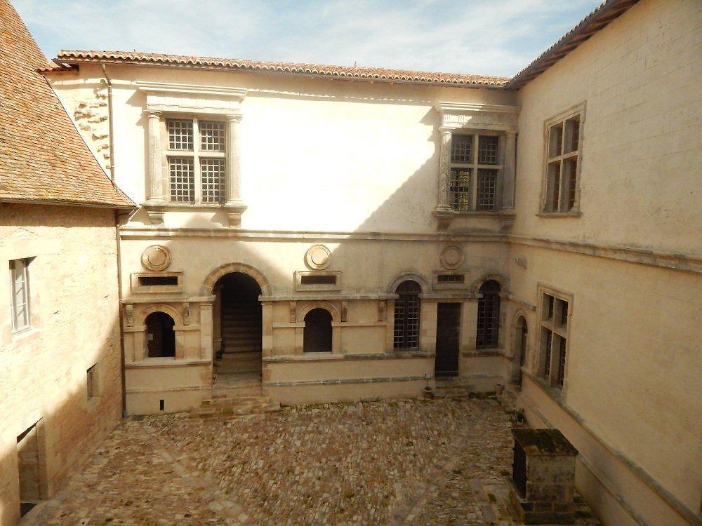 cour chateau 4Château de Varaignes