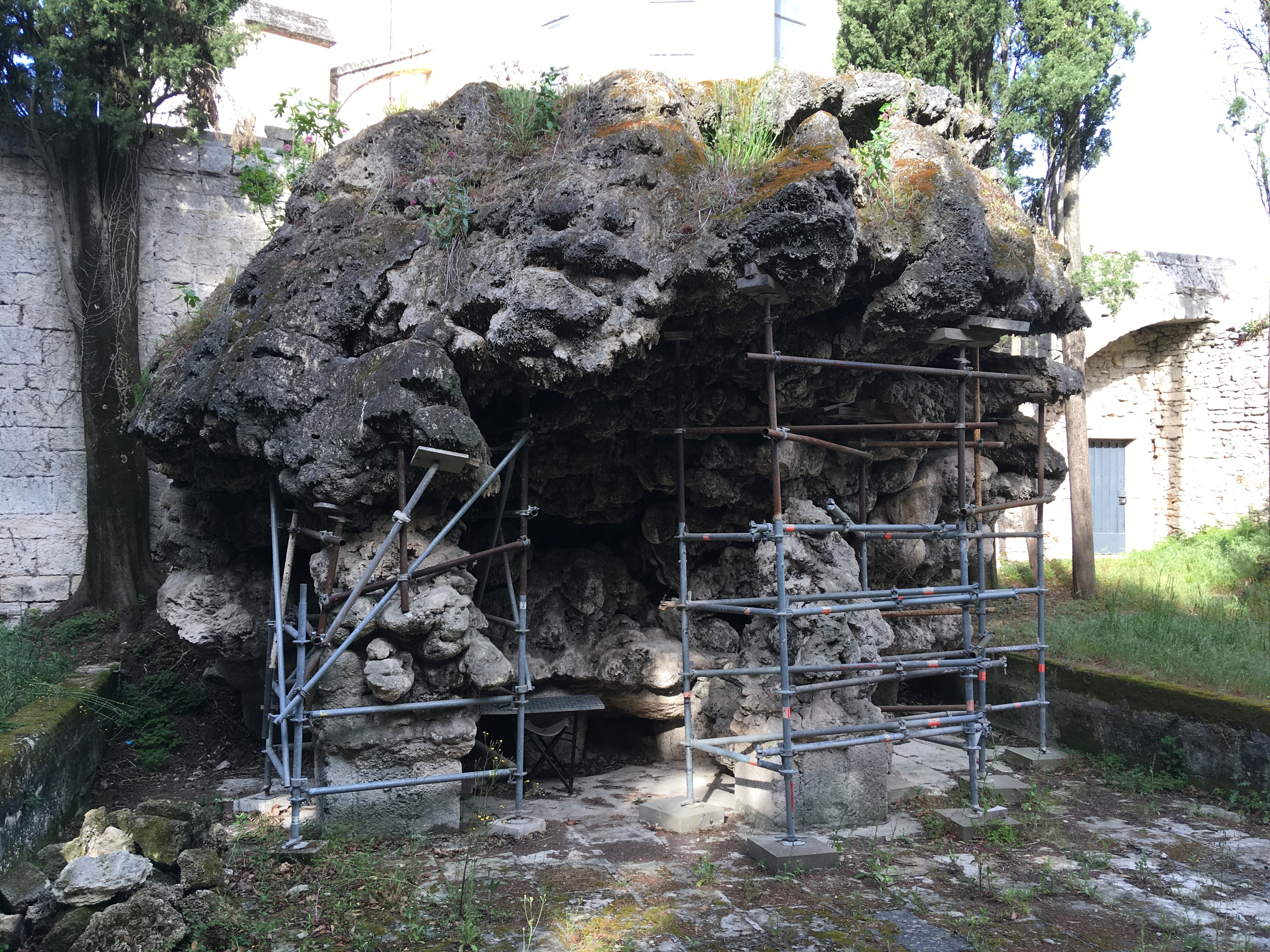 CASCADES ET GRAND BASSIN DU PARC DU CHATEAU CASTRIES