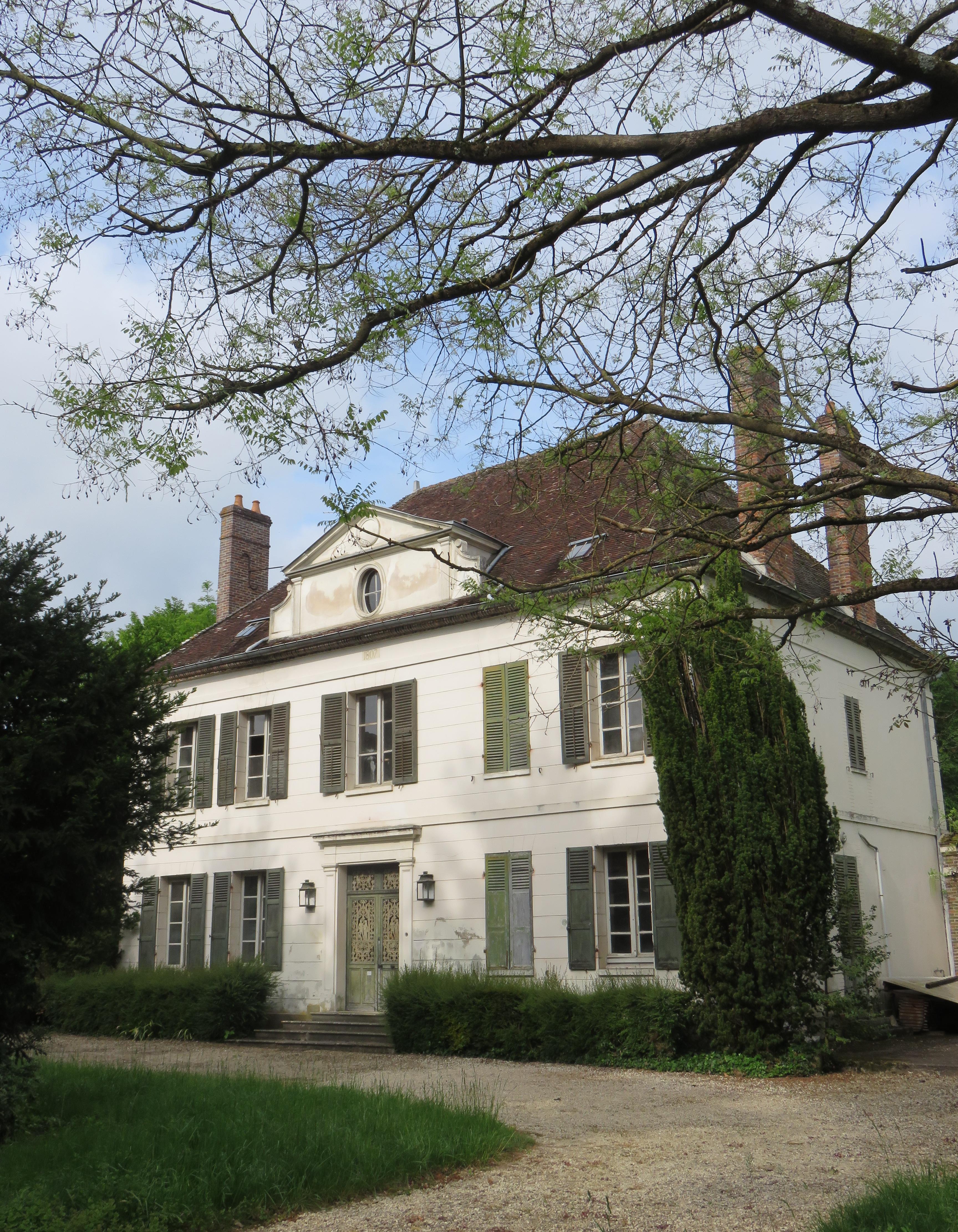 Vue de la façade telle qu'elle se dévoile en empruntant l'allée depuis l'avenue - Maison Les Relais Villeneuve-sur-Yonne